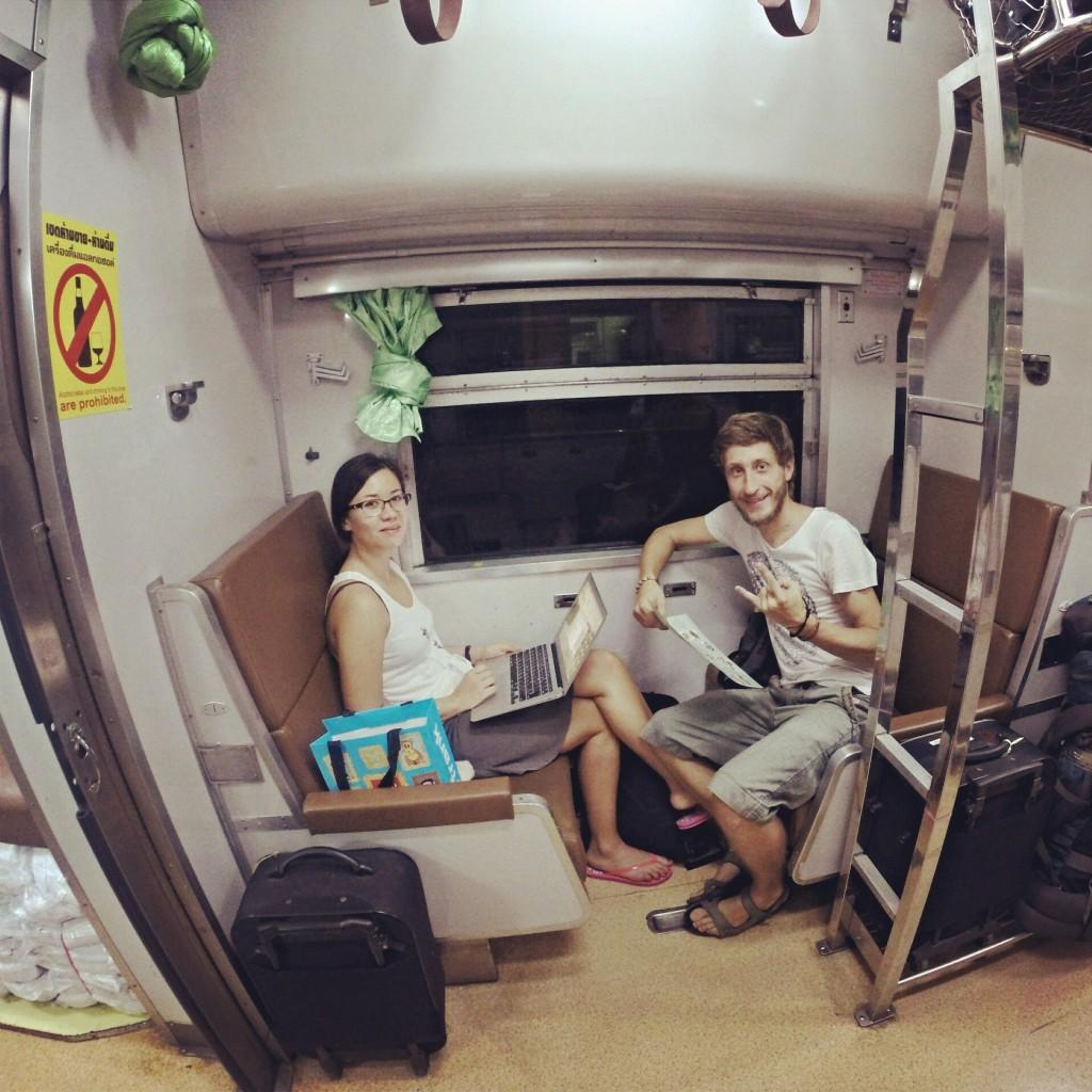 Вагон второго класса в тайском поезде - это аналог российского плацкарта.