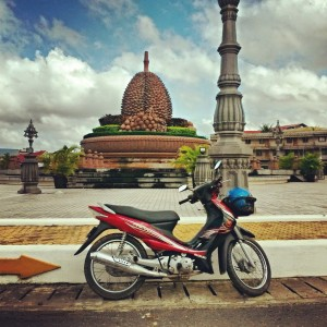 Памятник джекфруту в центре города Кампот, Камбоджа.